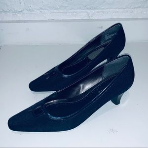 Naturalizer navy heels size 8.5 like new